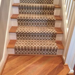 Foto de escalera recta, clásica, de tamaño medio, con escalones de madera, contrahuellas de madera pintada y barandilla de madera