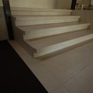 ブリスベンのモダンスタイルのおしゃれな階段の写真