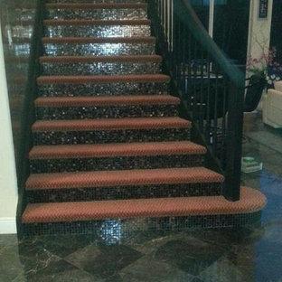 Diseño de escalera en L, de tamaño medio, con escalones enmoquetados y contrahuellas con baldosas y/o azulejos