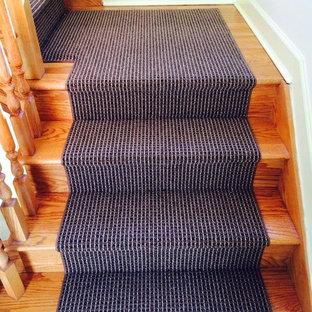 На фото: угловая лестница среднего размера в классическом стиле с деревянными ступенями и деревянными подступенками с