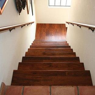 フェニックスの中サイズの木のサンタフェスタイルのおしゃれなかね折れ階段 (木の蹴込み板) の写真