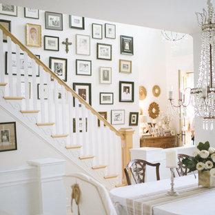 На фото: с невысоким бюджетом прямые лестницы среднего размера в средиземноморском стиле с деревянными ступенями и крашенными деревянными подступенками