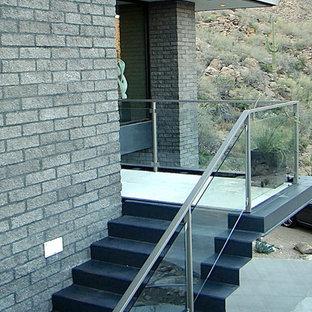 フェニックスの中サイズのモダンスタイルのおしゃれなかね折れ階段の写真