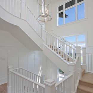 Diseño de escalera en U, tradicional, con escalones enmoquetados y contrahuellas enmoquetadas