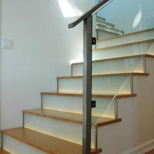 サンタバーバラの中サイズの木のコンテンポラリースタイルのおしゃれなかね折れ階段 (ガラスの蹴込み板) の写真