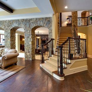 Diseño de escalera en L, de estilo americano, grande, con escalones de madera y contrahuellas de madera pintada