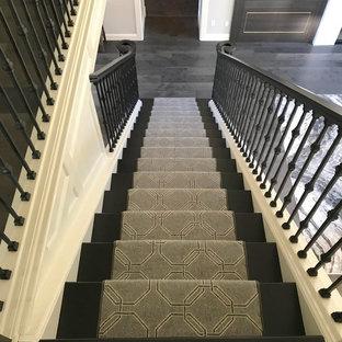 ポートランドの中サイズのカーペット敷きのコンテンポラリースタイルのおしゃれな直階段 (カーペット張りの蹴込み板、混合材の手すり) の写真