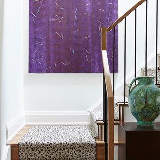 Modelo de escalera en L, minimalista, de tamaño medio, con escalones de madera, contrahuellas de madera y barandilla de metal