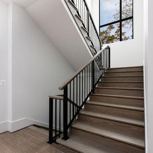 Idéer för stora funkis u-trappor i trä, med sättsteg i trä och räcke i flera material