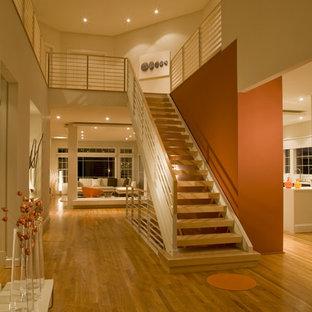 Diseño de escalera recta, actual, sin contrahuella, con escalones de madera