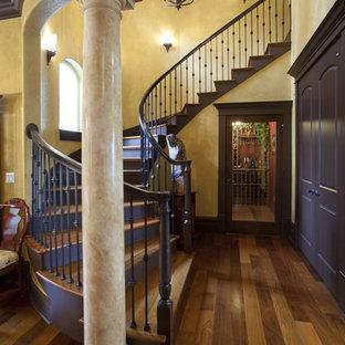 Imagen de escalera curva, mediterránea, con escalones de madera