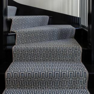 ミルウォーキーの中サイズのカーペット敷きのおしゃれなかね折れ階段 (木の蹴込み板、木材の手すり) の写真