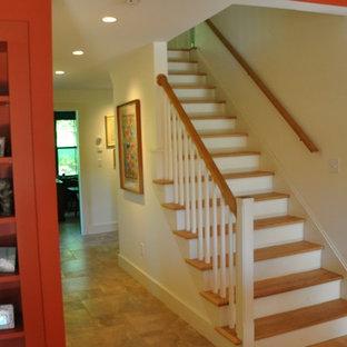 Diseño de escalera recta, de estilo de casa de campo, de tamaño medio, con escalones de madera y contrahuellas de madera pintada