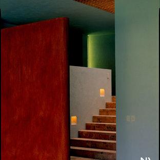メキシコシティの広いコンテンポラリースタイルのおしゃれな階段の写真