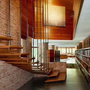 シカゴの大きい木のミッドセンチュリースタイルのおしゃれなフローティング階段 (ワイヤーの手すり) の写真
