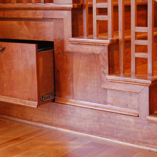 フィラデルフィアの小さい木のトラディショナルスタイルのおしゃれな折り返し階段 (木の蹴込み板) の写真