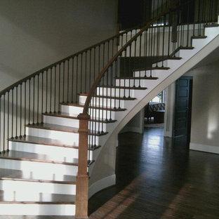 Modelo de escalera suspendida, de estilo americano, grande, con escalones de madera y contrahuellas de madera
