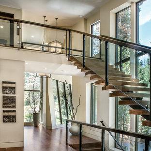 Foto de escalera recta, actual, de tamaño medio, sin contrahuella, con escalones de madera