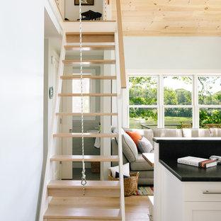 Foto de escalera recta, campestre, pequeña, sin contrahuella, con escalones de madera y barandilla de madera