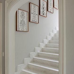 Foto di una scala a rampa dritta tradizionale con pedata in marmo e alzata in marmo
