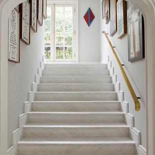 Inredning av en klassisk rak trappa i marmor, med sättsteg i marmor och räcke i trä