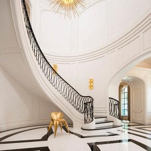 Imagen de escalera curva, mediterránea, con barandilla de metal