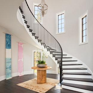 Imagen de escalera curva, clásica renovada, extra grande, con escalones de madera
