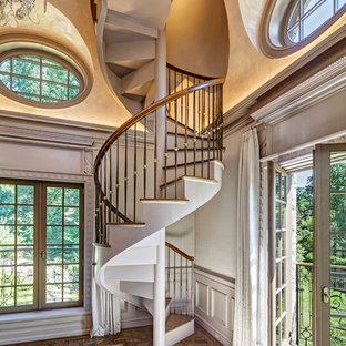 ニューヨークの木のトラディショナルスタイルのおしゃれならせん階段 (木の蹴込み板) の写真