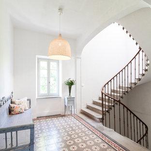 Cette image montre un grand escalier courbe méditerranéen avec des marches en béton et des contremarches en béton.
