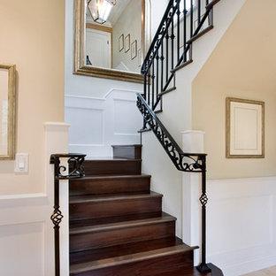 Diseño de escalera en U, mediterránea, con escalones de madera y contrahuellas de madera