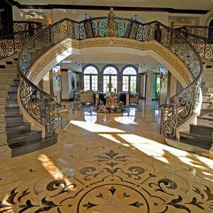 Foto de escalera curva, tradicional, extra grande, con escalones de madera y contrahuellas de madera