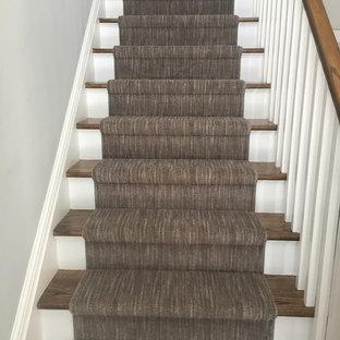 Foto di una scala a rampa dritta classica di medie dimensioni con pedata in legno e alzata in legno verniciato