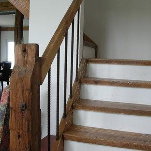 Diseño de escalera suspendida, rural, de tamaño medio, sin contrahuella, con escalones de madera