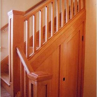 Diseño de escalera en L, de estilo americano, pequeña, con escalones de madera y contrahuellas de madera