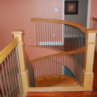 Foto på en mellanstor amerikansk svängd trappa i trä, med sättsteg i trä