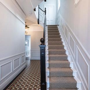 ロンドンの大きいトラディショナルスタイルのおしゃれな折り返し階段の写真