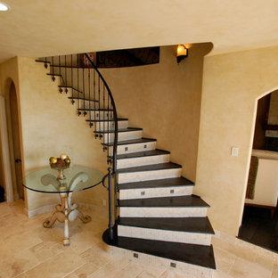 サンディエゴの中サイズのタイルのトラディショナルスタイルのおしゃれなサーキュラー階段 (タイルの蹴込み板) の写真