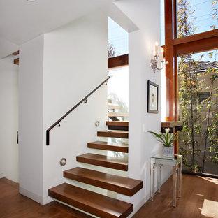 Ejemplo de escalera suspendida, contemporánea, sin contrahuella, con escalones de madera