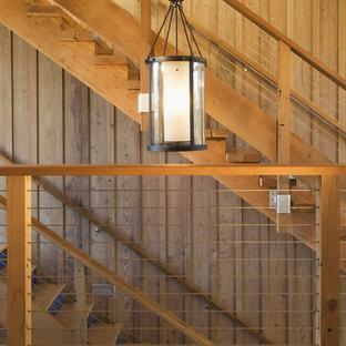 Diseño de escalera contemporánea con barandilla de cable