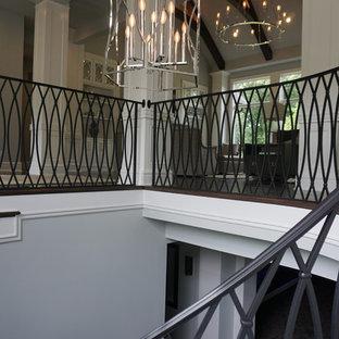 Ejemplo de escalera de caracol, vintage, grande, con escalones enmoquetados y contrahuellas de metal