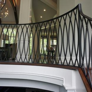 Ejemplo de escalera de caracol, retro, grande, con escalones enmoquetados y contrahuellas de metal