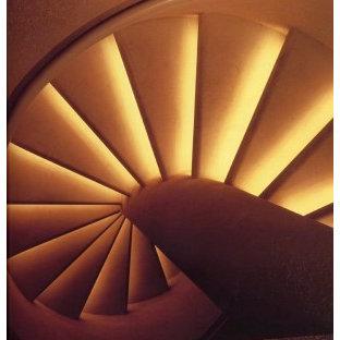 Diseño de escalera de caracol, ecléctica, pequeña, con escalones de hormigón, contrahuellas de hormigón y barandilla de metal