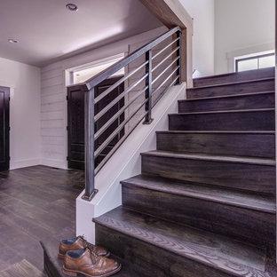 Diseño de escalera en L, industrial, de tamaño medio, con escalones de madera, contrahuellas de madera y barandilla de metal