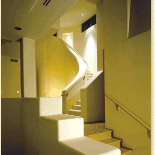 フェニックスのサンタフェスタイルのおしゃれな階段の写真