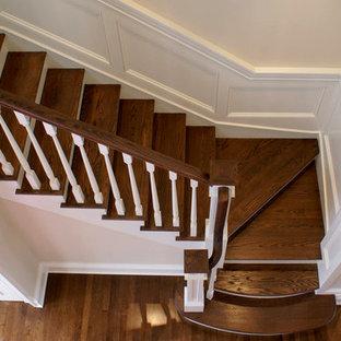 Foto de escalera en L, tradicional, de tamaño medio, con escalones de madera y contrahuellas de madera pintada