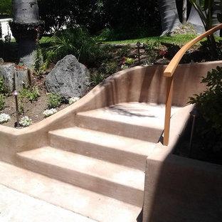 Foto di una piccola scala curva con pedata in cemento e alzata in cemento