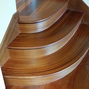 Imagen de escalera recta, contemporánea, pequeña, con escalones de madera y contrahuellas de madera