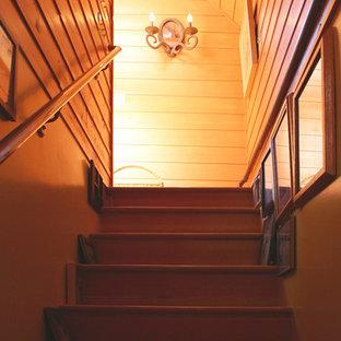 Diseño de escalera recta, ecléctica, pequeña, con escalones de madera y contrahuellas de madera