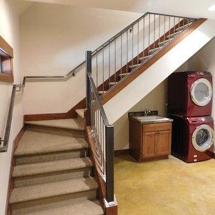 Foto de escalera en L, de estilo americano, pequeña, con escalones enmoquetados, contrahuellas enmoquetadas y barandilla de metal