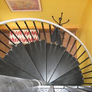 Foto di una scala a chiocciola di medie dimensioni con pedata in metallo e alzata in metallo